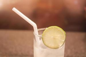 närbild av ett glas vatten foto