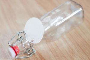 glasflaska med en etikett på foto