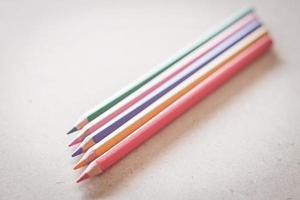närbild av färgglada pennor på en vit yta foto