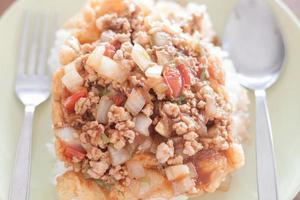 närbild av stekt fläsk med tomatsås