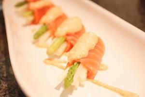 närbild av sushi