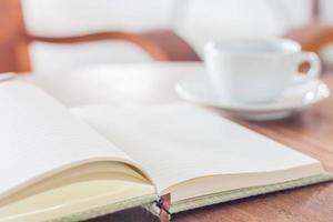 anteckningsbok och en kaffe på ett bord