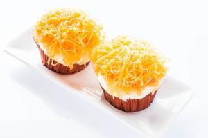 två muffins på en tallrik