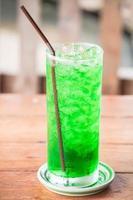 iced grön drink på ett bord foto