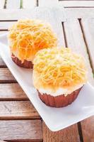 två muffins på en vit platta