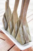 närbild av ångat mjöl med kokosfyllning