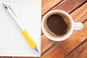 kopp varm espresso med en penna