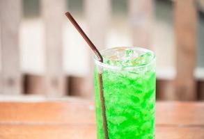 närbild av en iskall grön drink foto