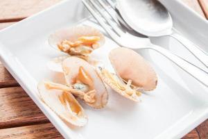 musslor på en vit platta