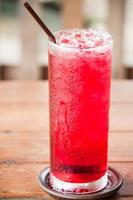 isad röd drink på ett bord