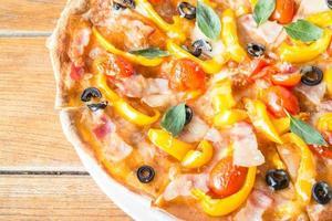 pizza med paprika och oliver