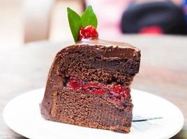 närbild av choklad och körsbärstårta foto