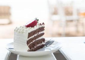 vanilj och chokladkaka med jordgubbe foto