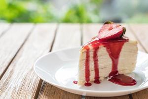 vaniljcrapekaka med jordgubbssås