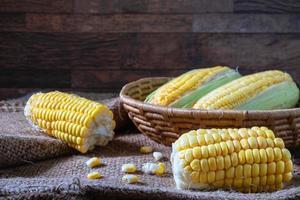 skalad majs i en korg foto