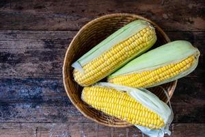 färsk majs i en korg foto