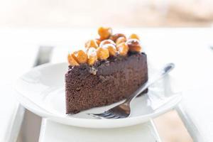 macadamia chokladkaka på minimal vit bakgrund foto