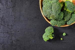 broccoliblommor i en korg foto