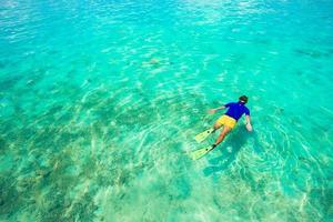 man snorklar i havet foto