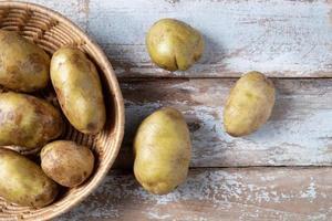 potatis i en korg foto