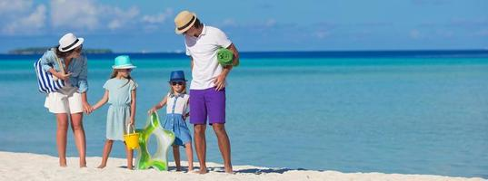 familj på en strand på sommarlovet foto