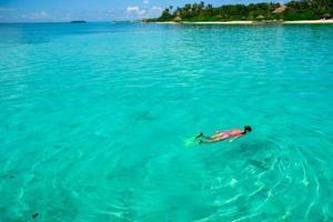 kvinna som snorklar på en strand foto