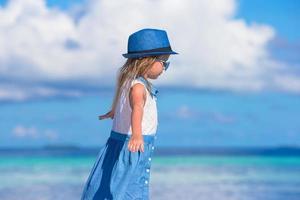 flicka som har kul på en strand