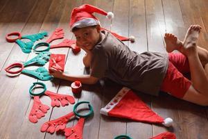 pojke med presentask på juldagen foto