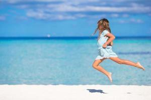 flicka som hoppar på en strand