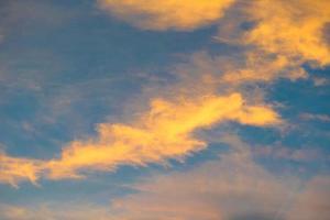färgglada moln under solnedgången foto