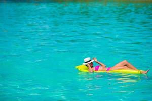 kvinna som kopplar av i vattnet