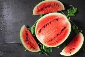 skivad mogen vattenmelon på svart bakgrund