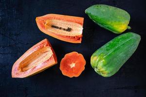 färsk papaya skuren i hälften