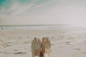 känner den heta sanden på tårna foto