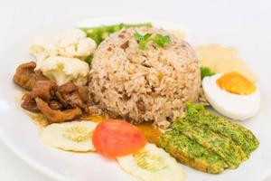 stekt ris med sås av räkor