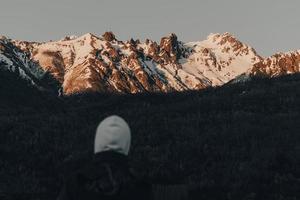 bergskedja vid sista ljuset