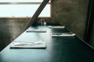 svart bord med uppsättningar bestick foto