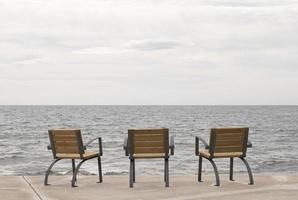 stolar på strandpromenaden med havsutsikt foto