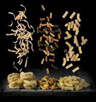 färsk pasta som faller