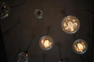 gul lampa hängande från taket foto