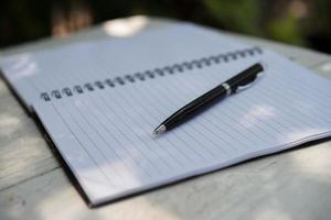penna på anteckningsblock i naturen foto