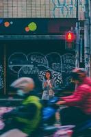 kvinna som står på gatan foto
