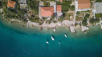 flygfotografering av båtar på vatten bredvid hus foto