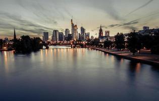 Frankfurt skyline vid solnedgången
