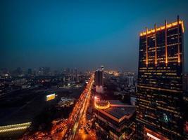 stadsbild på kvällen
