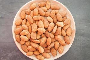 ovanifrån av en tallrik med mandlar
