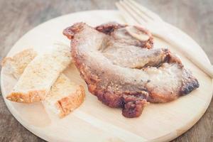 fläskbiff och rostat bröd på en tallrik