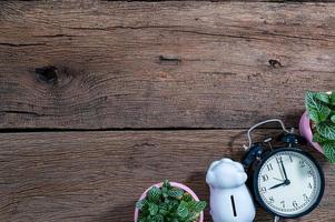 trä skrivbord med väckarklocka, ovanifrån foto
