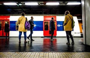 La Haag, Frankrike, 2020 - människor som går på en järnvägsstation