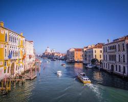 byggnader och båtar i Venedig foto